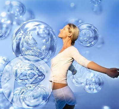 Аромат озона можно почувствовать после грозового дождя, когда он образуется при разряде молнии. В горных районах воздух обогащен озоном. Поэтому там проживает много долгожителей.